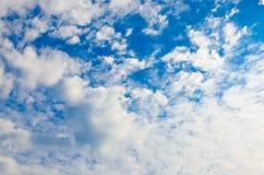 Wolken auf blauem Himmel Stockfotos
