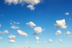 Wolken auf blauem Himmel Stockbilder