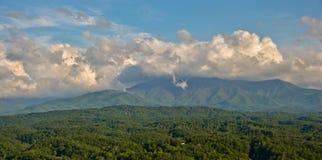 Wolken auf dem Berg Lizenzfreie Stockfotos