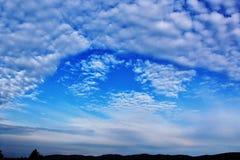 Wolken auf dem blauen Himmel stockbilder