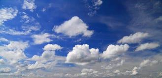 Wolken auf dem blauen Himmel Stockbild