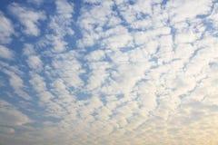 Wolken auf dem blauen Himmel Lizenzfreie Stockbilder