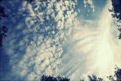 Wolken auf dem blauen Himmel Stockfotografie