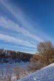 Wolken auf dem blauer Himmel- und Winterwald Lizenzfreies Stockfoto