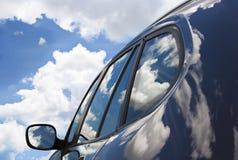 Wolken auf dem neuen Auto. Lizenzfreie Stockfotografie