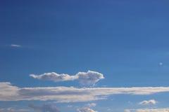 Wolken auf einem blauen Himmel Stockbild