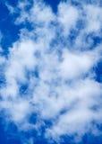 Wolken auf einem blauen Hintergrund Stockbild