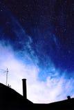 Wolken auf einem Hintergrundsternhimmel Stockfotos