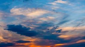 Wolken auf einem Sonnenuntergang stock footage