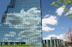Wolken auf Glasgebäude Stockbild
