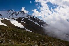 Wolken auf Höhe von Bergspitzen Lizenzfreies Stockfoto