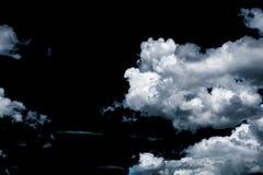 Wolken auf schwarzem Hintergrund Stockfotografie