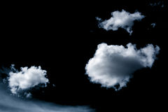 Wolken auf schwarzem Hintergrund Stockfotos