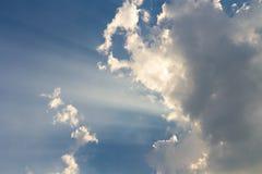 Wolken auf Strahl des blauen Himmels und der Sonne Lizenzfreie Stockfotografie