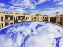 Wolken auf und ab in der Reflexion stockfoto