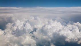 Wolken ?ber dem Gebirgsblauen Himmel stock video footage
