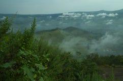 Wolken, Berg und Bäume-II Lizenzfreie Stockfotos