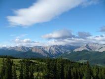 Wolken-Berge und Bäume Stockfotos