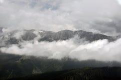 Wolken in bergen Stock Foto