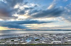 Wolken, bergen en mudflats royalty-vrije stock foto