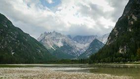 Wolken bewegen sich über die Spitzen der alpinen Berge und des Gebirgssees Timelapse stock footage