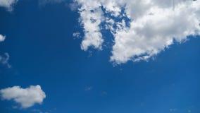 Wolken bewegen sich glatt in den blauen Himmel Timelapse stock footage