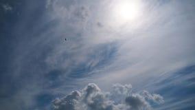 Wolken bewegen sich glatt in den blauen Himmel Timelapse stock video footage