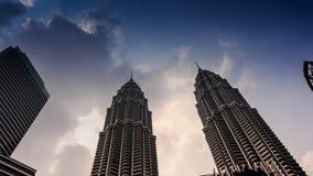 Wolken-Bewegung über Petronas-Twin Towern genommen von abwärts stock video