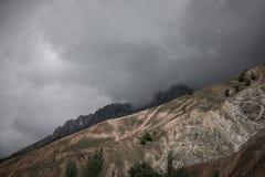 Wolken bij de bergen Stormachtige wheather gestemd dramatisch Royalty-vrije Stock Afbeeldingen