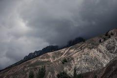 Wolken bij de bergen Stormachtige wheather Zwart-wit Stock Afbeeldingen