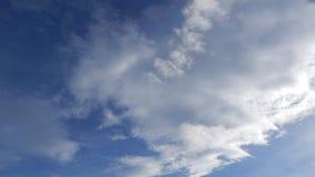 Wolken bij de tijdspanne van de zonsondergangtijd stock video