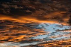 Wolken bij zonsondergang stock foto's