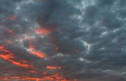 Wolken bij zonsondergang royalty-vrije stock afbeeldingen
