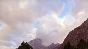 Wolken bij zonsondergang in de bergen Pamir, Tajikis stock videobeelden