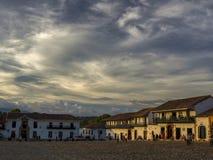Wolken bij zonsondergang over de huizen royalty-vrije stock afbeelding