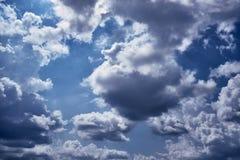 Wolken bij zonsondergang vóór regen blauwe hemel royalty-vrije stock foto's