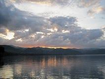 Wolken bij zonsopgang over meer royalty-vrije stock fotografie