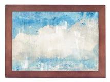 Wolken, blauer Himmel im alten Holzrahmen auf Weiß Stockfoto