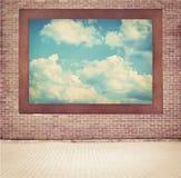 Wolken, blauer Himmel im alten Holzrahmen, der an hängt Lizenzfreie Stockbilder