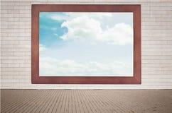 Wolken, blauer Himmel im alten Holzrahmen, der an hängt Stockfotos