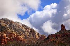 Wolken-blauer Himmel-rote Felsen-Schlucht Sedona Arizona Stockbilder