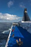 Wolken blauw hemel en schipspoor in de Atlantische Oceaan, de zomertijd Stock Foto