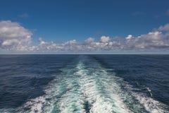 Wolken blauw hemel en schipspoor in de Atlantische Oceaan, de zomertijd Royalty-vrije Stock Foto