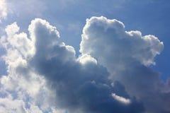 Wolken in blauwe hemel Stock Foto's
