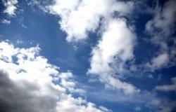 Wolken in blauwe hemel royalty-vrije stock foto