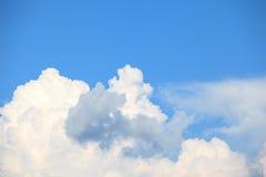 Wolken in blauwe hemel Stock Afbeelding