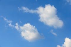 Wolken in blauwe hemel Stock Afbeeldingen