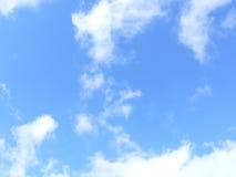 Wolken in blauwe hemel Royalty-vrije Stock Afbeeldingen