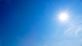 Wolken blauwe hemel en zonneschijn royalty-vrije stock fotografie