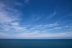 Wolken, blauwe hemel, kalme overzees En horizon Royalty-vrije Stock Afbeeldingen